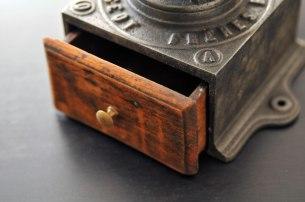Moulin à café peugeot n°0 tiroir en bois poigné en laiton