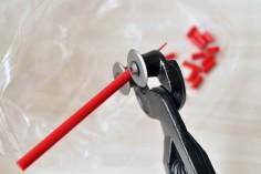 Coupez les baguettes à l'aide de la pince coupe verre à disque ou à mâchoires